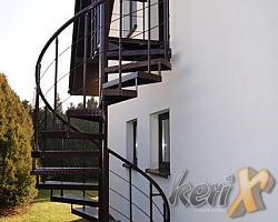 Schody kręcone ze stopniami z blachy ryflowanej, balustrada z wypełnieniem z trzech prętów pod poręczą, poręcz gięta stalowa, całość ocynkowana i malowana proszkowo w kolorze brązowym ( RAL 8017). Wykonanie w Żorach.