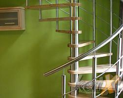 Schody kręcone, których konstrukcja nośna i balustrady zostały wykonane ze stali nierdzewnej, stopnie bukowe w kolorze naturalnym, pokryte wysokiej jakości lakierem nawierzchniowym. Na uwagę zasługuje oryginalny kształt otworu w stropie. Miejsce wykonania : Bielsko Biała