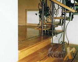 Schody drewniane- dębowe,  ułożone na betonie. Elegancka balustrada z elementami giętymi z pochwytem drewnianym. Wykonanie- Żywiec, woj. śląskie