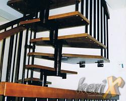 """Schody ażurowe - segmentowe, stopnie dębowe bejcowane, balustrada prosta z podwójną ilością tralek, poręcze drewniane . Elementy stalowe malowane proszkowo w kolorze """"antyczna miedź"""".   Wykonanie- Katowice, woj. śląskie."""