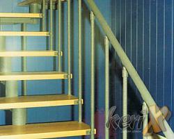 """Schody ażurowe - segmentowe, stopnie bukowe lakierowane w kolorze naturalnym, balustrada prosta. Elementy stalowe malowane proszkowo w kolorze """"stalowym strukturalnym"""".   Wykonanie- Meszna, woj. śląskie."""