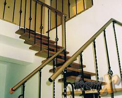 Schody ażurowe - segmentowe, stopnie dębowe lakierowane w kolorze naturalnym, balustrada kuta, poręcz stalowa. Elementy stalowe malowane proszkowo w kolorze srebrnym.   Wykonanie- Goczałkowice Zdrój,  woj. śląskie.