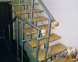 WA 12 Schody segmentowe , stopnie bukowe, balustrada 3 pręty , poręcz zakończona kulami. Wykonanie Czechowice Dziedzice woj. śląskie.