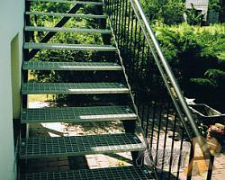 Schody proste z podestem, balustrada prosta, stopnie- krata pomostowa. Wykonanie- Wojkowice Śląskie