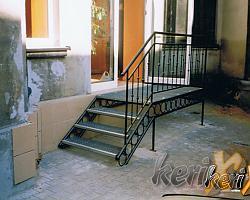 Schody proste z podestem, balustrada kuta, stopnie z  kraty pomostowej. Wykonanie- Częstochowa