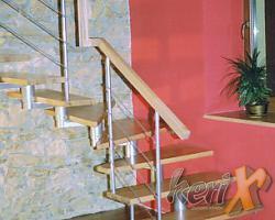 Schody segmentowe, stopnie drewniane- bukowe, lakierowane w kolorze naturalnym. Balustrada 4 pręty, poręcz łączona na zabiegu. Wykonanie - Trzebinia, woj. małopolskie.