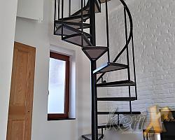 Schody kręcone połączone z zabiegowymi ( na dole) typu loft. Stopnie dębowe, tralki z profila zamkniętego. Montaż w Oświęcimiu.